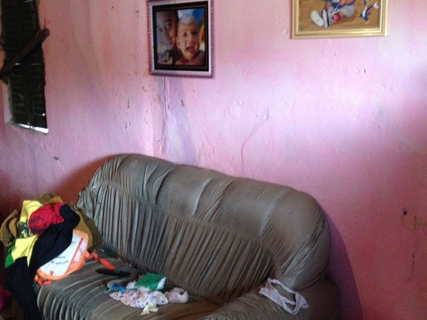 Criança estava com o pai no sofá quando casa foi invadida em Amargosa (Foto: Ruan Melo/G1)