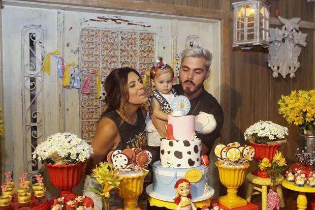 Rubia Baricelli e o artista plástico Henrique Rien com Helena (Foto: Thalita Castanha)