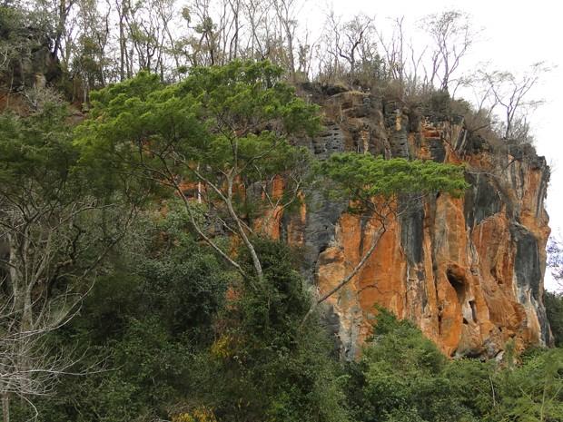 Visão externa da Lapa da Serra, em Matozinhos (Foto: Alex Araújo/G1)