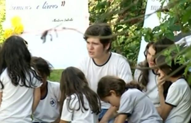 Além de dar aulas para comunidade, Janiel ainda é monitor de leitura na escola, em Goiás (Foto: Reprodução/TV Anhanguera)
