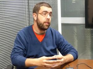 Candidato ao Governo do Paraná pelo PSOL, Bernardo Pilotto, é o terceiro entrevistado pelo G1 (Foto: Thaís Skodowski / G1)