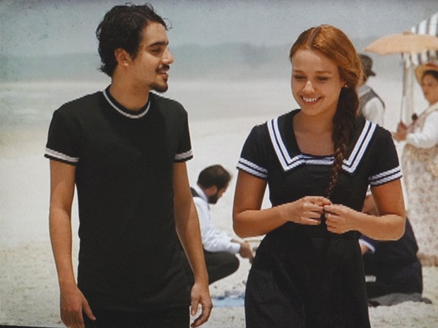 O casal percebe que tem muito em comum e ela se declara (Foto: Lado a Lado/TV Globo)