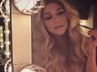 Kesha posa usando sutiã rosa em camarim