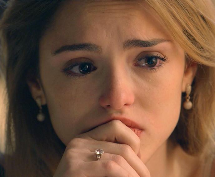 Júlia chora durante desabafo com Laila (Foto: TV Globo)
