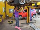 Após ser enganada, empresária abre oficina mecânica para mulheres no AC