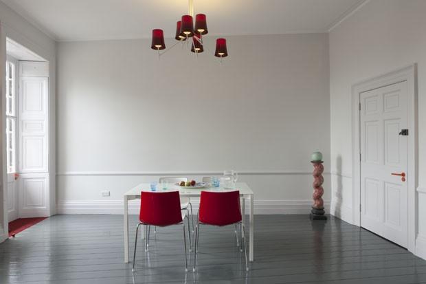 Cores vibrantes dão vida nova a apartamento  (Foto: Madam Studio/Divulgação)