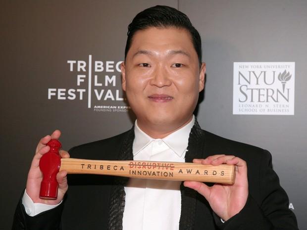 Psy recebe o prêmio de Inovação Perturbadora durante o Festival de Cinema de Tribeca, nesta sexta-feira (26), em Nova York, EUA (Foto: Andy Kropa/Invision/AP)