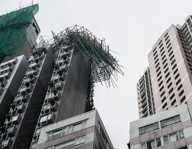 Fotógrafto registrou andaime quebrado no topo de um edifício residencial na região (Foto: AFP)