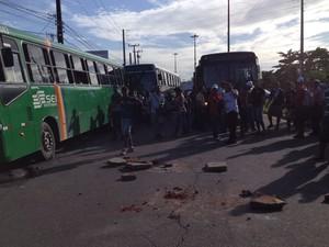 Passageiros fecham a PE-15 depois que um grevista baixou o pneu do ônibus em que estavam (Foto: Mônica Silveira)