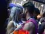 Ex-BBB Júlia Nunes beija muito em camarote em Salvador