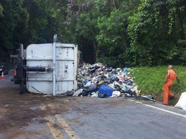 Caminhão carregado de lixo tomba na Tamoios (Foto: Vanessa Vantine / TV Vanguarda)