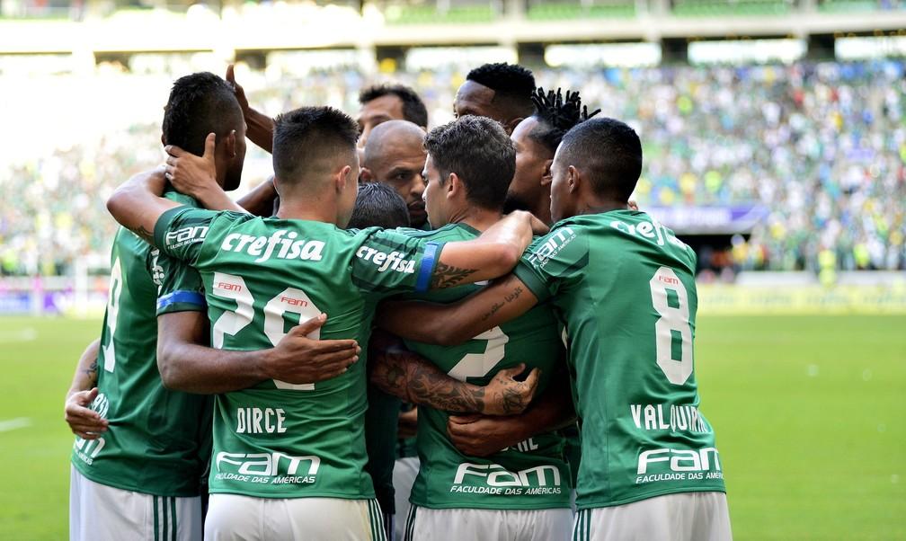 Borja é cercado no gol que encerrou o jejum cruz-maltino (Foto: Marcos Ribolli)