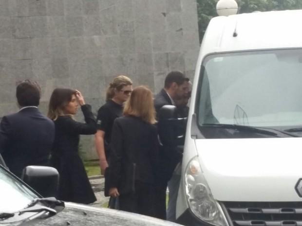 Detidos em operação são colocados em van na sede da PF em SP (Foto: Tatiana Santiago/G1)