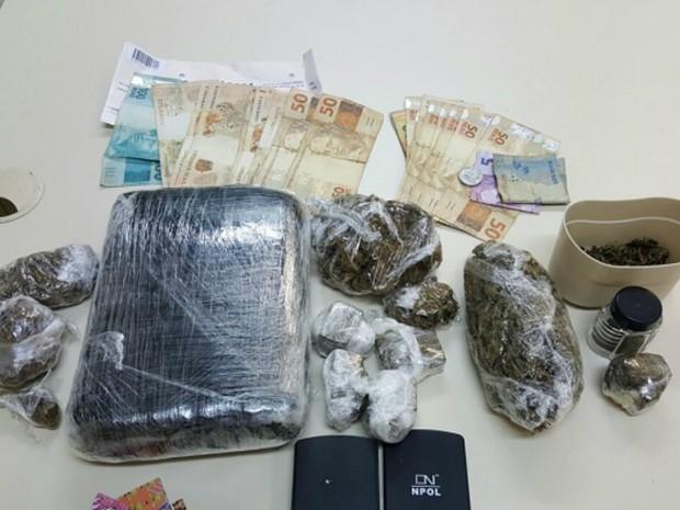 Dupla foi presa com drogas e dinheiro nesta segunda-feira (6) (Foto: Divulgação/PC)