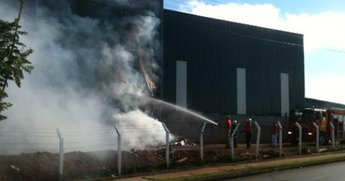 Incêndio de quase sete horas destrói 25 toneladas de papel em ... - Globo.com