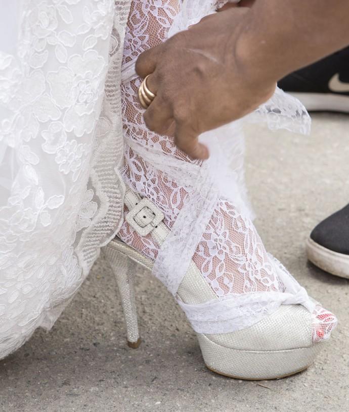 Detalhes da meia-calça rendada e do sapato da noiva (Foto: Felipe Monteiro/Gshow)
