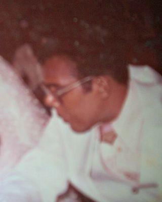 Emanuela mostra uma das poucas fotos que restou do pai. Como o álbum ficou no Acre, as fotos são reproduções de outras fotos e têm a qualidade ruim (Foto: Emanuela Firmino/Arquivo pessoal)