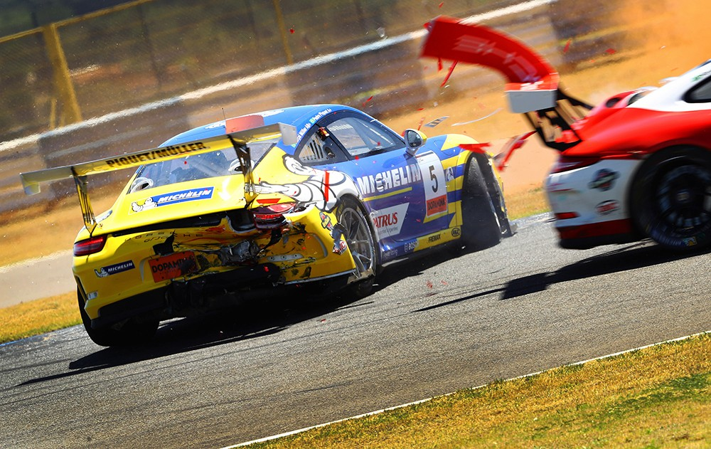 Fim de corrida para Marçal e Pedro Piquet depois do choque (Foto: Divulgação/Luca Bassani/Porsche Império GT3)