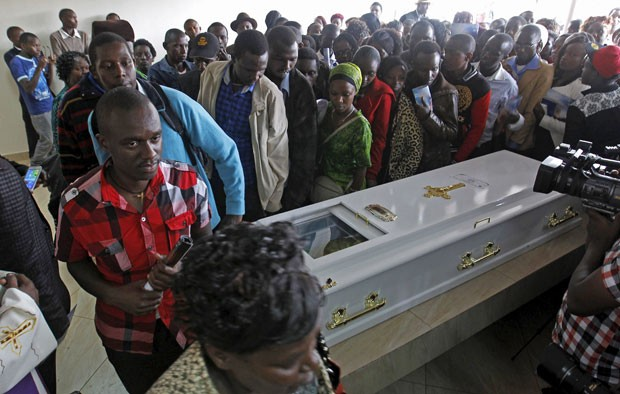 Parentes e amigos de Angela Nyokabi participam do funeral da estudante nesta sexta-feira (10) (Foto: Thomas Mukoya/Reuters)