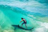 Julian Wilson surfa sobre tubar�o na beira da praia em montagem incr�vel