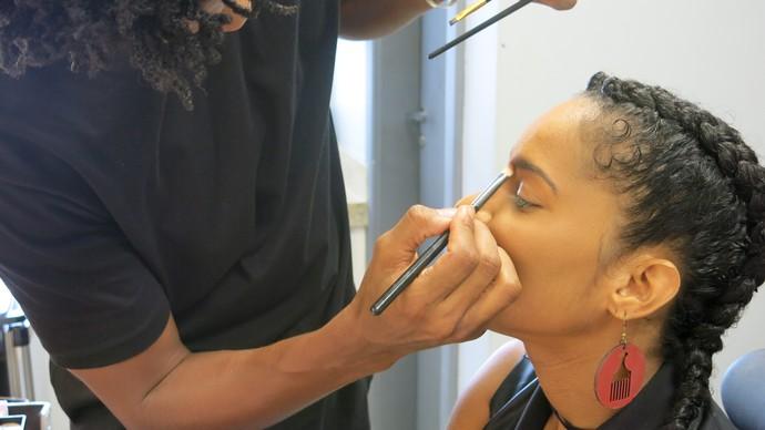 A cantora Larissa Luz sendo maquiada no camarim (Foto: TV Bahia)