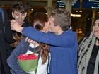 Selena Gomez passa por saia justa com fã em aeroporto de Londres