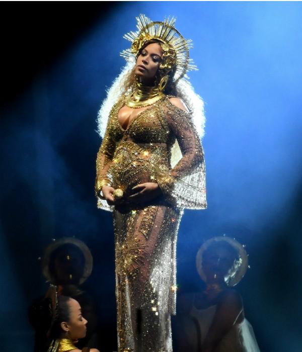 Beyoncé grávida em show na cerimônia do Grammy (Foto: Getty Images)