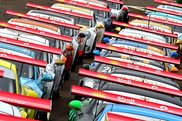 Enfileirados no grid, prontos para acelerar na categoria Cup (Foto: Fernanda Freixosa/PorscheCup)