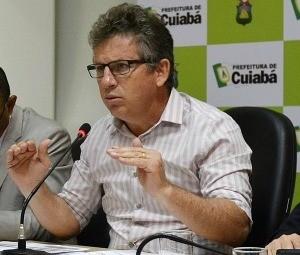 Prefeito de Cuiabá, Mauro Mendes (PSB), durante anúncio de cortes. (Foto: Tchélo Figueiredo/Secom-Cuiabá)
