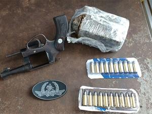 Arma, munições e droga foram encontradas no pé do muro da penitenciária (Foto: Divulgação/PM)