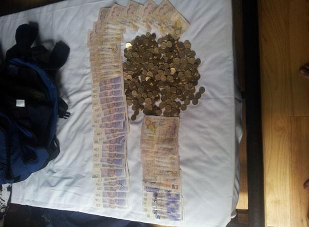 Com os suspeitos, a polícia encontrou centenas de moedas de 1 libra e várias cédulas, totalizando 2 mil libras (Foto: North Yorkshire Police)