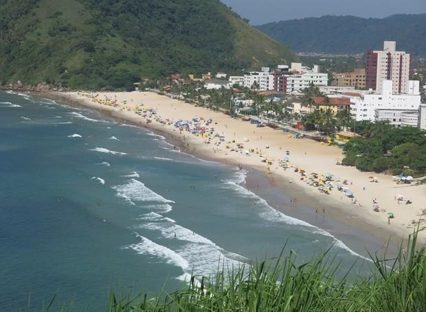 Vista da Praia do Tombo no Alto do Morro da Caixa D'Água, em Guarujá (Foto: Mariane Rossi/G1)