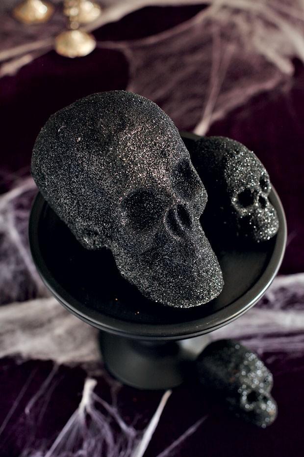 Crânios de isopor cobertos de gliter preto dão ar assustador à mesa (Foto: Rogério Voltan/Editora Globo)