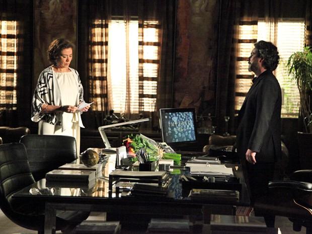 Maria Marta lê o cartão que recebeu de Maurílio (Foto: Carol Caminha/TV Globo)