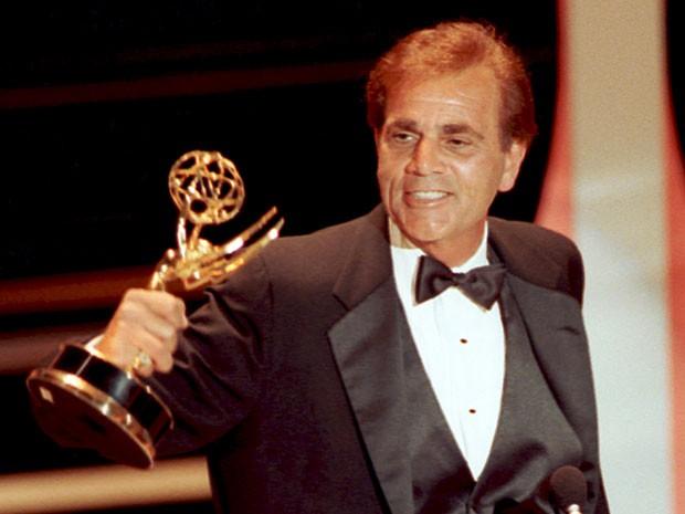 O ator americano Alex Rocco, de 'O poderoso chefão' (1972), em foto de 16 de setembro de 1990, mostrando Emmy vencido pelo trabalho na série 'The famoous Teddy Z' (Foto: Nick Ut/AP)