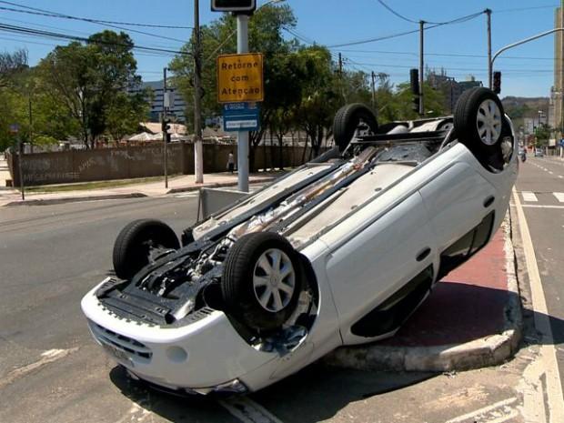 Motorista teve ferimentos leves (Foto: Reprodução/ TV Gazeta)