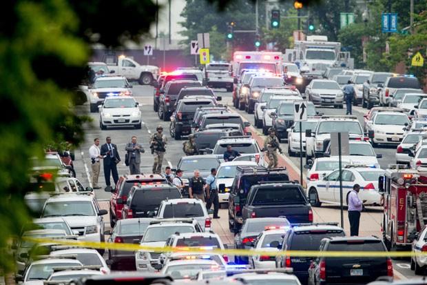 Diversos carros de polícia são vistos perto de base da Marinha onde houve o relato de um atirador nesta quinta-feira (2) (Foto: Andrew Harnik/AP)