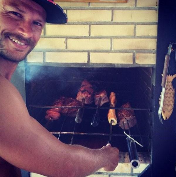 Rodrigo Hilbert, como bom catarinense, adora fazer churrasco  (Foto: Reprodução Instagram )