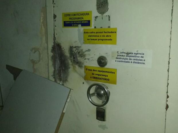 Em Senador Pompeu, bandidos tentaram explodir os cofres; ações aconteceram na madrugada (Foto: Divulgação/Polícia de Senador Pompeu)