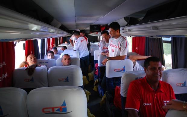 Delegação do CRB saiu do CT da Pajuçara no final da manhã desta terça, com destino ao aeroporto (Foto: Henrique Pereira/Globoesporte.com)