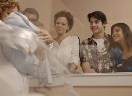 Família de Rodrigo se emociona ao visitar o bebê de Ciça
