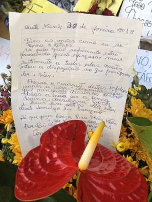 Cartas para mães das vítimas são deixadas em frente à boate (Foto: Iara Lemos/G1)
