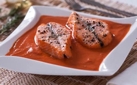 Sopa de tomate com filé de salmão