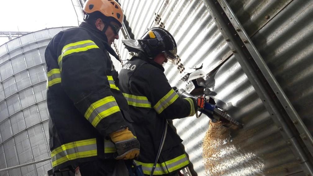 Bombeiros precisaram furar silo para escoar os grãos de soja no silo (Foto: Divulgação/Corpo de Bombeiros)
