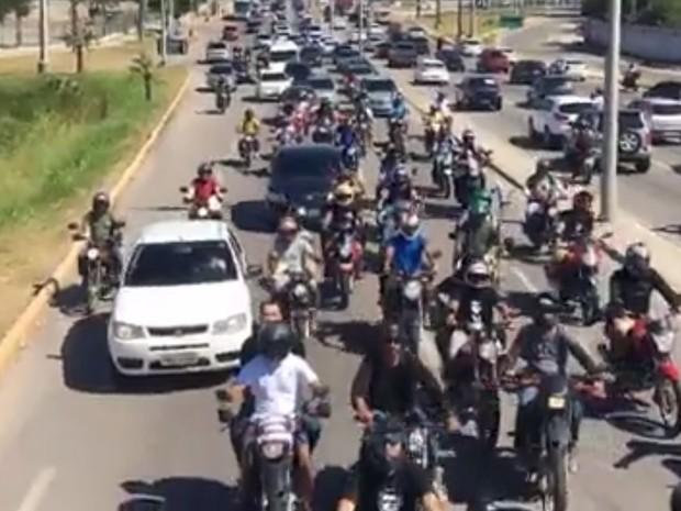 Apoiadores de Bolsonaro fizeram carreata seguindo trio elétrico onde estava o deputado (Foto: Facebook/Reprodução)