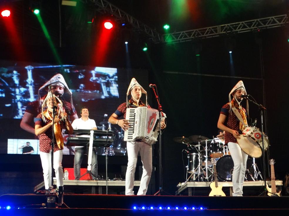 Mesmo com a chuva, a banda Fulô de Mandacaru animou a noite de shows (Foto: Joalline Nascimento/G1)