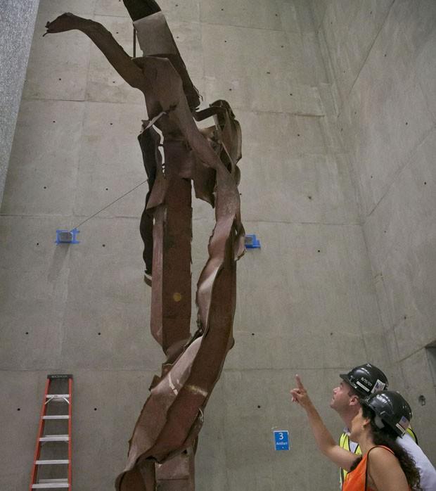 Placas de metal retorcidas expostas no museu em NY (Foto: Bebeto Matthews/AP)