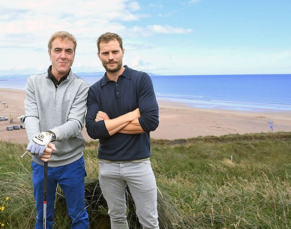 Jamie Dornan durante uma partida de golfe com um amigo (Foto: Reprodução)