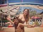 Nívea Stelmann se diverte com o filho em parque aquático no Ceará