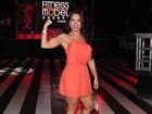 Graciella Carvalho mostra o muque em concurso fitness
